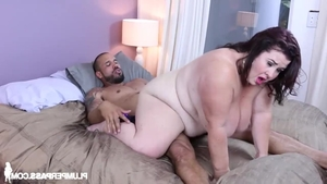 Brunette Lady Lynn raw handjob