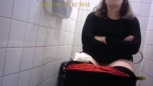 Teen chick got nailed in toilet